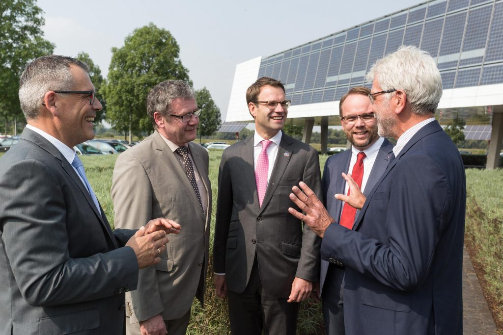 Discussion outside the Günther Cramer Solar Academy (left to right): Mayor of Niestetal Andreas Siebert, District Administrator Uwe Schmidt, SMA CEO Pierre-Pascal Urbon, Member of State Parliament Timon Gremmels, and the Mayor of Kassel Bertram Hilgen.