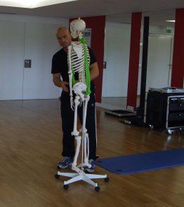 Trainer Christian zeigt, welche Muskeln trainiert werden