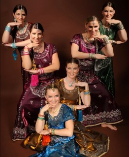 Barbora (2. v. u.) im Bollywood-Kostüm