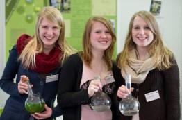 Janina, Laura und Stephanie mit ihren Mikroalgen
