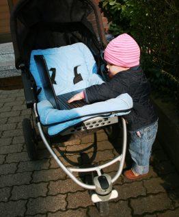 Kinderwagen und Laptop hat Anke immer parat.