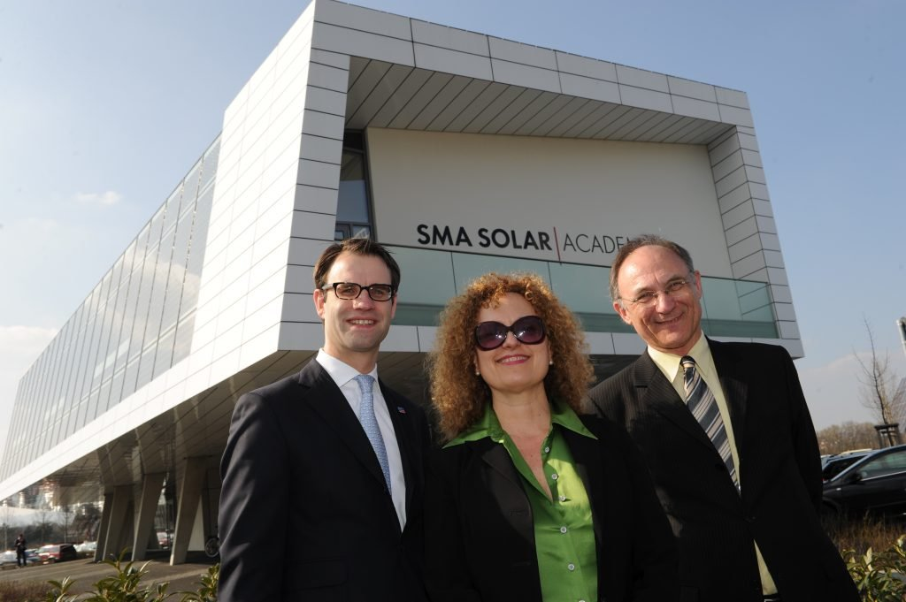 Pierre-Pascal Urbon (SMA), Carolyn Christov-Barkagiev und Bernd Leifeld (dOCUMENTA) vor der Solar Academy