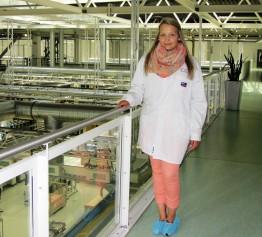 Tina beim Besuch in der Produktion