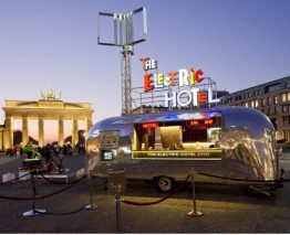 The Electric Hotel vor dem Brandenburger Tor