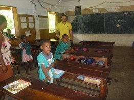 Die Schulkinder in Antalaha freuen sich auf Solarstrom.