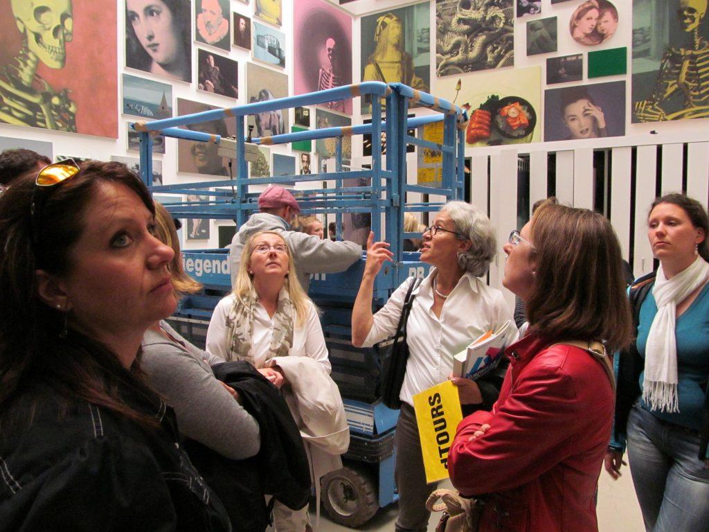 Lore Klipp (Mitte) bei einer Führung durch die documenta-Halle