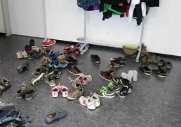 Viele kleine Schuhe stehen bei SMA
