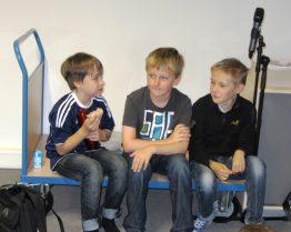 Leon, Alex und David nehmen ein Hörspiel auf.