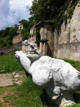 Skulpturen auf den Weinbergterassen von Adriàn Villar Roja