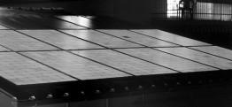 Gesamtansicht eines Stranges unserer Sunpoweranlage mit Modulen vom Typ SP 240, auf der leider direkt eine fehlerhafte Zelle entdeckt wurde. Oben im Bild erkennt man noch 4 Module eines zweiten Stranges, die nicht bestromt wurden.