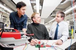 Bernd Engel (rechts im Bild) im Austausch mit SMA Entwicklungsingenieuren.