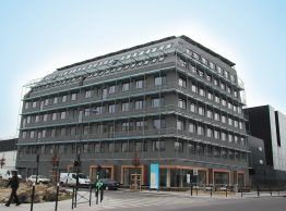 Dieses 4 000 m² große Passivgebäude befindet sich in einem Vorort von Paris und beherbergt verschiedene Regierungsstellen. Dank einer Anlage, die 58,9 kWp leistet und mit vier Wechselrichtern vom Typ Sunny Tripower 17000TL ausgerüstet ist, handelt es sich um ein Gebäude mit vollständig positiver Energiebilanz.