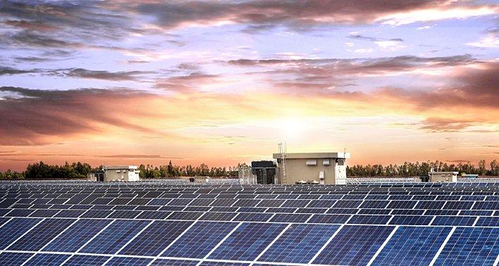 Solarkraftwerk in der Abenddämmerung