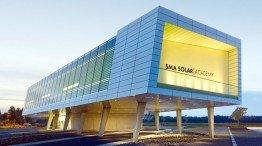 Interessante Architektur: Die Solar Academy steht auf Stelzen auf dem zentralen Parkplatz von SMA.