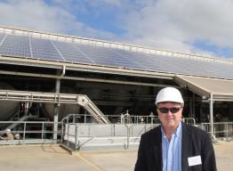 Peter Castle von SMA vor der 90-kW-Solaranlage