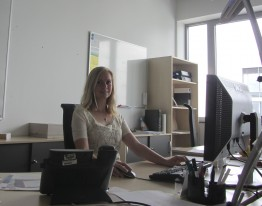 Sabrina an ihrem Arbeitsplatz bei SMA