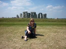 Kathrin vor dem interessanten Bauwerk Stonehenge.