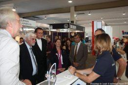 Hoher Besuch: Bürgermeister Jürgen Kaiser, Bischof Martin Hein und die Veranstalter an unserem Stand.