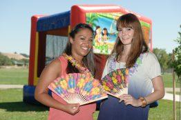 Sirin und ihre Azubi Kollegin Lisa auf dem Summer Family Fest.