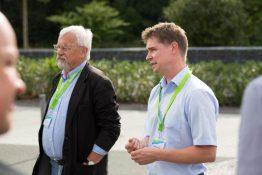 Matthias (rechts) erklärt das Energiemanagement der Solar Academy