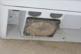 Beispiel 2: Das Abluftgitter des Wechselrichters sollte regelmäßig von Schmutz befreit werden