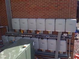 Beispiel 1: Diese Wechselrichter (US-Variante) würden nach einiger Zeit ihre Leistung reduzieren, weil sie zu eng montiert wurden