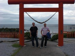 Toni Berger (links) und Danny Büder am Ryugu Schrein, dem zweitsüdlichsten Punkt Japans