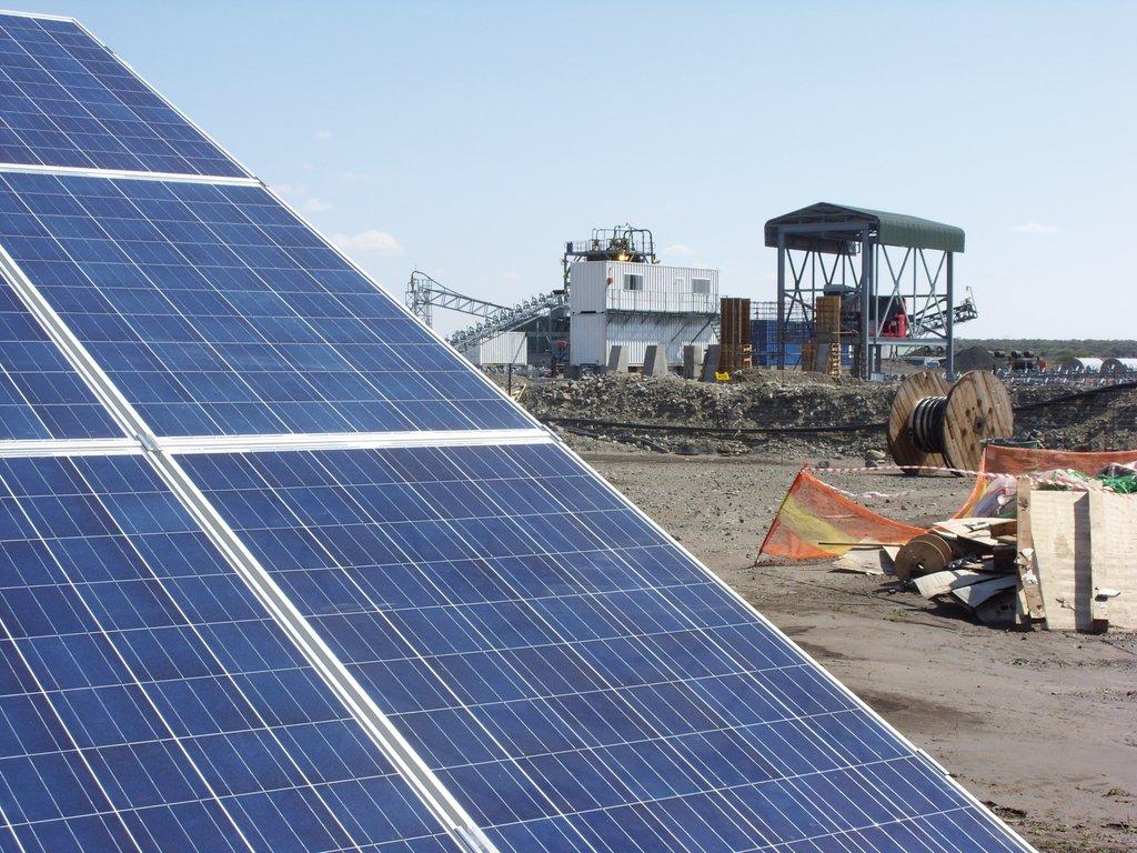 Photovoltaikanlagen können die Betriebskosten von Industrieanlagen erheblich verringern, wie das Inselnetz in diesem Bergwerk in Südafrika, das SMA mit einem dafür nötigen Fuel Save Controller ausgestattet hat