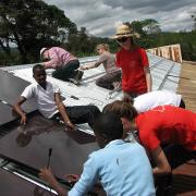 Mit der Installation auf dem Dach ihrer eigenen Schule konnten die Schüler bereits wichtige Erfahrungen sammeln und weitergeben