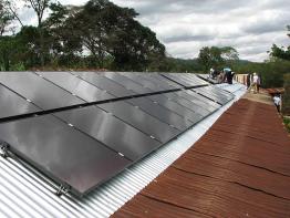 Das Dach der Schule mit den Panels