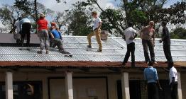 Lüneburger Schüler helfen tansanischen Schülern bei der Installation