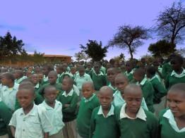 Im Dorf leben 1.000 Kinder, die aufgrund von AIDS/HIV zu Waisen geworden sind.