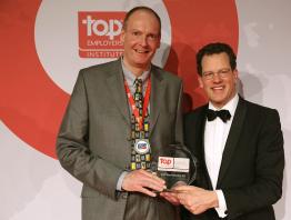 Frank Stieglitz (li.) nimmt die Auszeichnung Top Arbeitgeber 2014 von David Pink (re.), CEO des Top Employers Institutes, entgegen.
