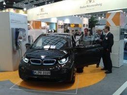 Christian im Gespräch mit interessierten Besuchern: Die Energiewende und die Rolle der Elektromobilität darin sind sehr gefragt