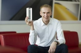 SMA Produktmanager Thomas Thierschmidt mit dem Intersolar Award