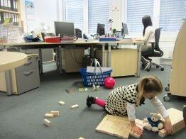 Wer sein Kind mal mit ins Büro nehmen muss, kann sich im Familienservice eine Spielekiste abholen.