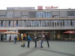 """Das Siegerteam mit seiner """"SMA-Choreografie"""" vor dem Kasseler Kulturbahnhof"""