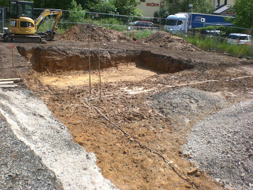 Die Baugrube wird ausgehoben