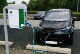 E-AutoLadestation auf dem Parkplatz vor der Solar Academy
