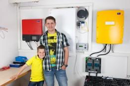 Wir selbst haben ein SMA Smart Home System mit Sunny Island-Batteriewechselrichter und Sunny Home Manager im Betrieb (nicht im Bild).