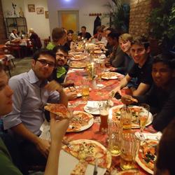 Die Pizza war nicht nur riesig, sondern auch sehr lecker