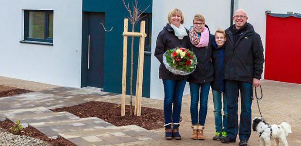Die Gewinnerfamilie Freitag vor dem Dynahaus