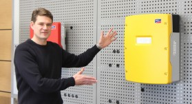 Ralf Rietze presents new Sunny Island inverter of SMA