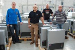 Enge Zusammenarbeit: Unser Kollege Sven Lippert (2.v.r.) vom SMA Service mit Danfossmitarbeitern in Nordborg, Dänemark.