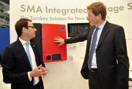Niels B. Christiansen, CEO von Danfoss (re.), im Gespräch mit Pierre-Pascal Urbon, CEO von SMA auf der Intersolar 2014