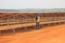 Das weltweit größte PV-Diesel-Hybridsystem mit Batteriespeicher ging im Dezember 2014 in der bolivianischen Provinz Pando Betrieb. Die Kombination aus 5,2 MW Photovoltaikleistung und 2,2 MW Speicher mit 15,2 MVA installierter Genset Leistung versorgt 55.000 Einwohner mit Elektrizität.