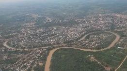 Cobija ist extrem abgelegen und bei dem für die Region typischen Starkregen nur schwer erreichbar. Wenn der Grenzfluss Rio Acre über die Ufer tritt, wird auch der Zuweg zum Dieselkraftwerk oft unpassierbar.
