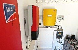 Der Technikraum mit SMA Wechselrichtern und Batterien