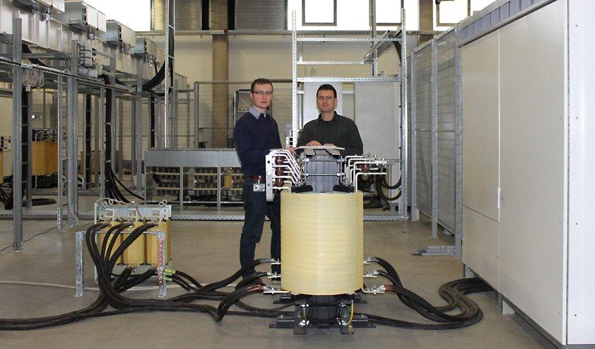 Jakob Issleib und Enrico Gross im Test Zentrum für hybride Energieversorgungssysteme bei SMA