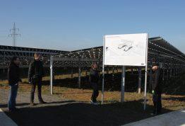 Timo Ziepprecht und Jens Alter von SMA begleiten bei strahlendem Sonnenschein das Anbringen der Informationstafeln auf dem Sanderhäuserberg.